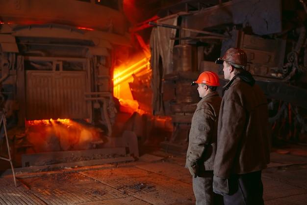 Usine de production d'acier un four de fusion électrique. portrait de travailleur.
