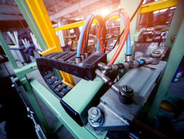 Usine de production de portes et fenêtres en aluminium et pvc. détails des équipements industriels.