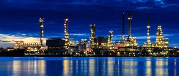 Usine de raffinage de pétrole au crépuscule