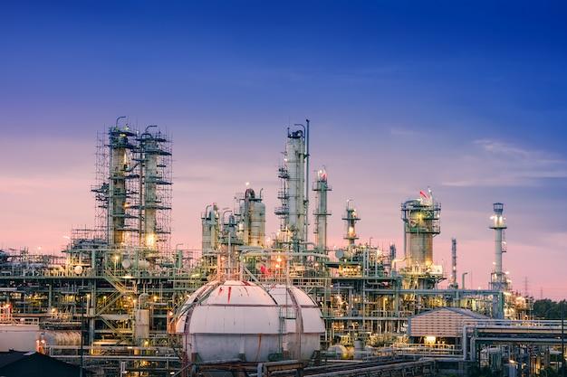 Usine de raffinerie de pétrole et de gaz ou industrie pétrochimique sur ciel coucher de soleil
