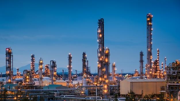 Usine de raffinerie de pétrole et de gaz ou industrie pétrochimique sur fond de ciel bleu crépuscule, fabrication industrielle de pétrole