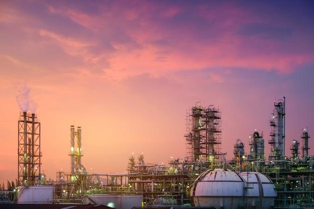 Usine de raffinerie de pétrole et de gaz ou industrie pétrochimique sur fond de ciel coucher de soleil, réservoir de sphère de stockage de gaz et tour de distillation dans l'industrie pétrolière