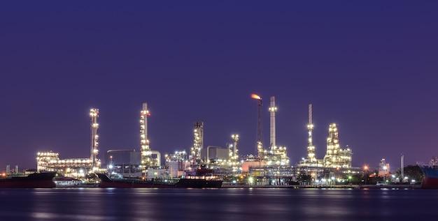 Usine de raffinerie de pétrole illuminée au crépuscule