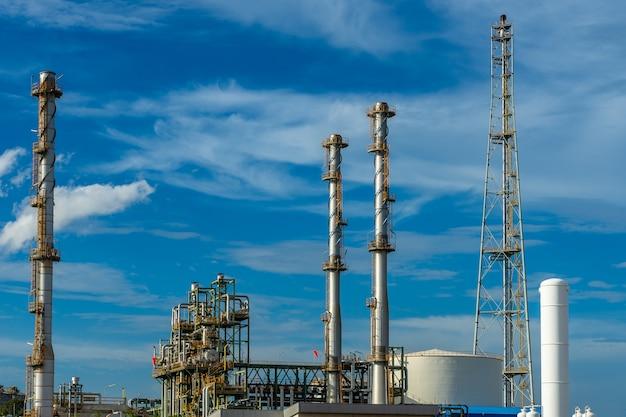 Usine de résine plastique industrielle avec ciel bleu.