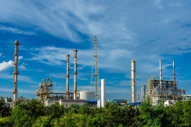 Usine de résine plastique industrielle avec ciel nuageux.