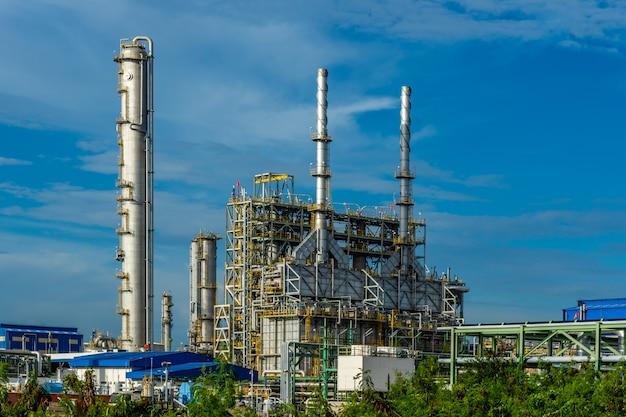 Usine de résine plastique industrielle avec nuage de ciel bleu.