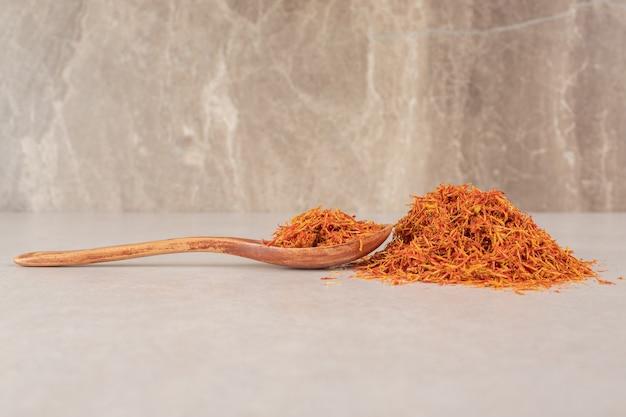 Usine de safran rouge isolée sur béton.