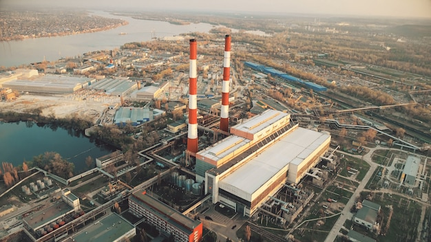 Usine sidérurgique sur la rivière vue urbaine vue aérienne