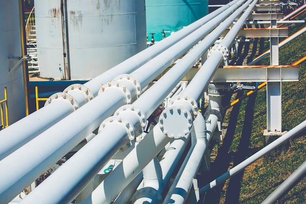 Usine de tuyaux et de vannes en acier pendant la raffinerie industrie de la pétrochimie dans la distillerie du site gazier