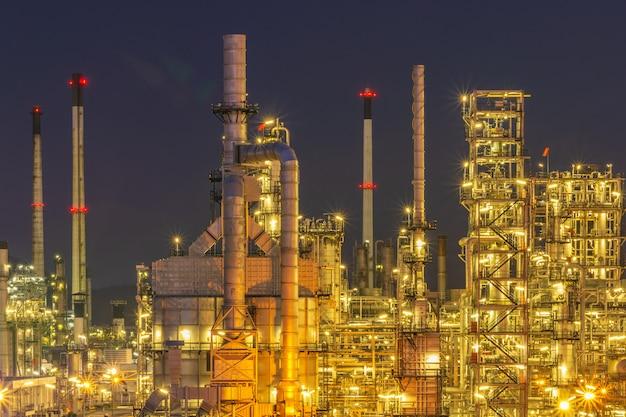 Usine d'usine de raffinerie pétrolière avec twilight.