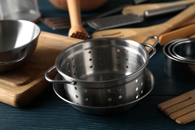 Ustensile de cuisine différent sur fond en bois bleu.