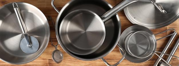Ustensile de cuisine sur table en bois, vue de dessus.