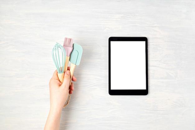 Ustensiles de cuisine et bloc-notes avec espace copie. alimentation saine, application de cuisine, recettes en ligne, concept de cours internet.