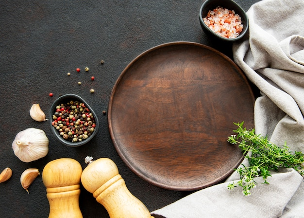 Ustensiles de cuisine en bois, assiette vide et épices