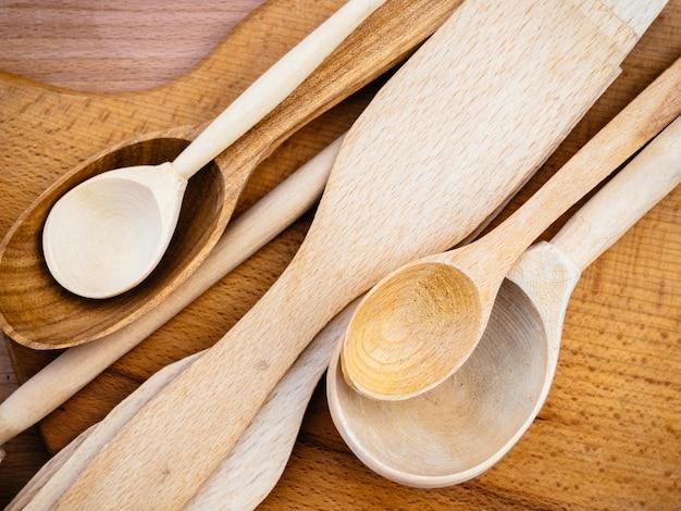 Ustensiles de cuisine en bois faits à la main.