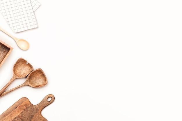 Ustensiles de cuisine en bois sur fond blanc.