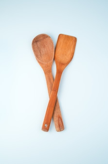 Ustensiles de cuisine en bois sur fond clair.