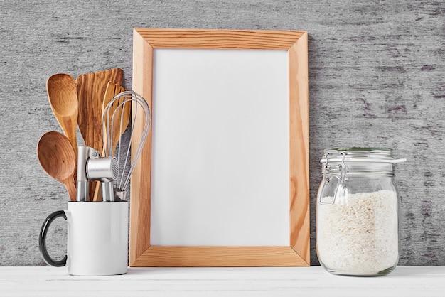 Ustensiles de cuisine et cadre blanc blanc