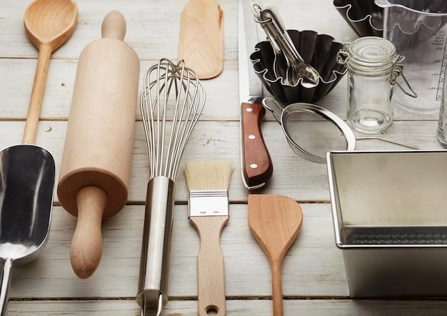 Ustensiles de cuisine contre bureau blanc
