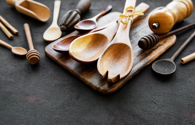 Ustensiles de cuisine couverts en bois sur fond noir