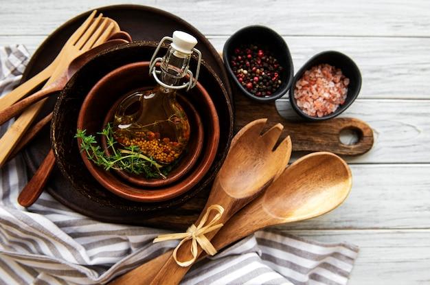 Ustensiles de cuisine couverts en bois