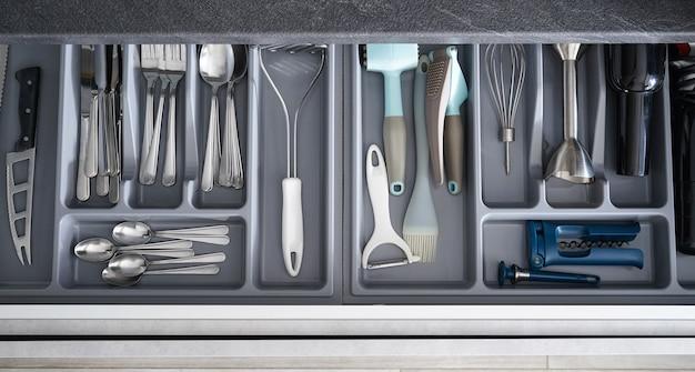 Ustensiles de cuisine dans le tiroir, vue de dessus.