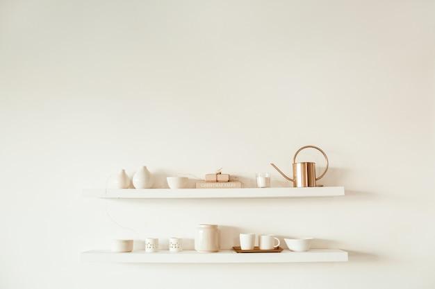 Ustensiles de cuisine sur étagère sur surface blanche