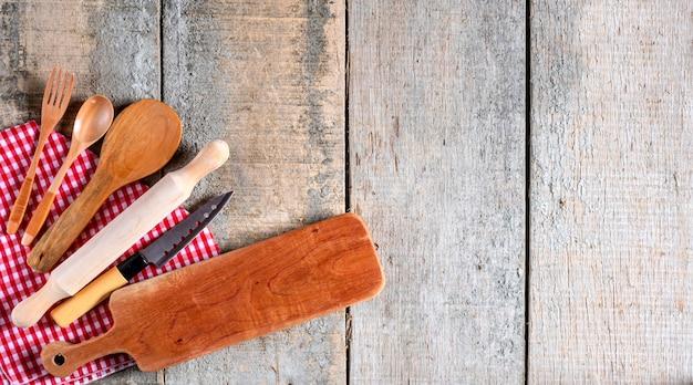 Ustensiles de cuisine sur fond de bois rustique.