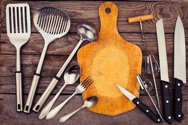 Ustensiles de cuisine sur fond en bois.