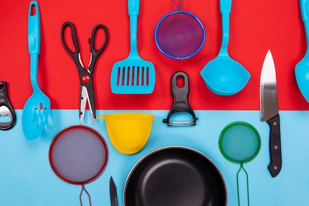 Ustensiles de cuisine isolés sur rouge-bleu