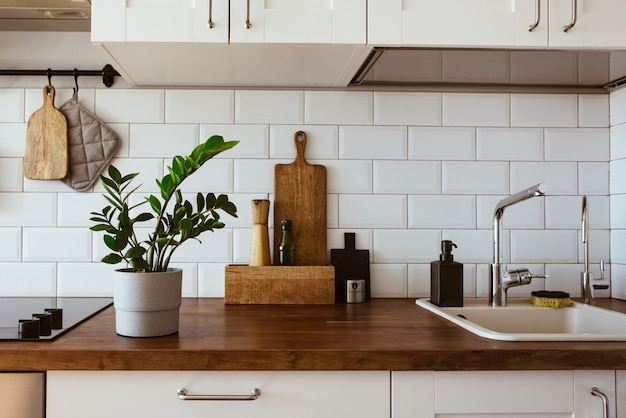 Ustensiles de cuisine en laiton accessoires de chef cuisine suspendue avec mur de carreaux blancs