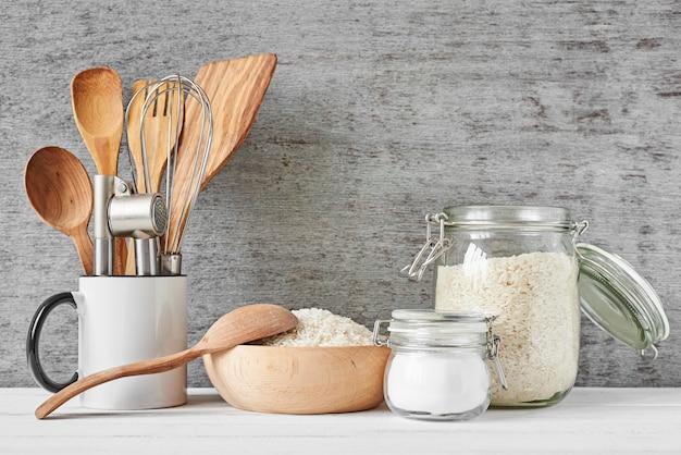 Ustensiles de cuisine sur mur gris