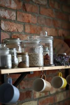 Ustensiles de cuisine sur le mur