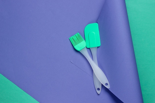 Ustensiles de cuisine sur un papier de couleur