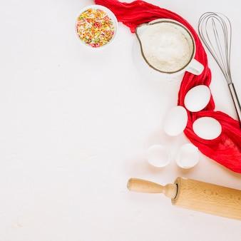 Ustensiles de cuisine près de la serviette et des ingrédients