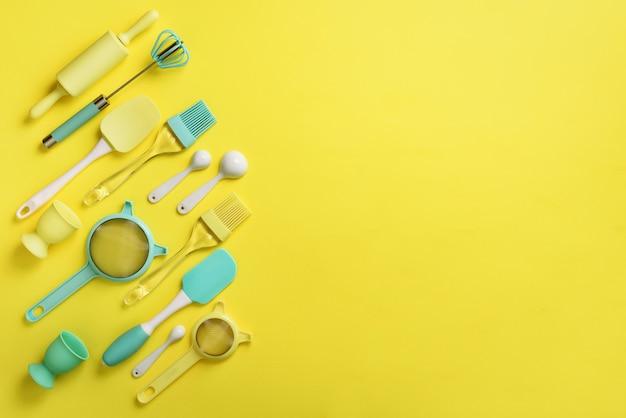 Ustensiles de cuisine turquoise sur fond jaune. ingrédients alimentaires.