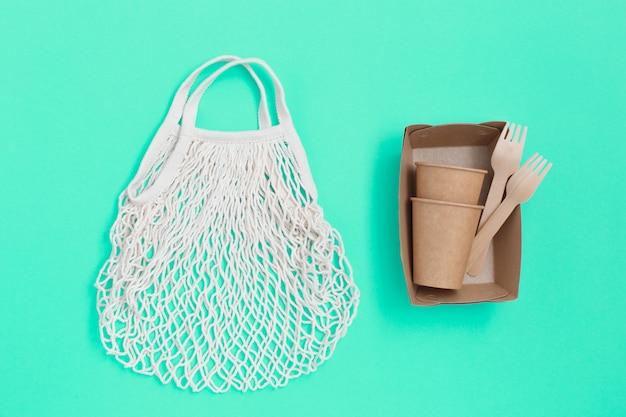 Ustensiles jetables écologiques naturels et sac textile en maille.