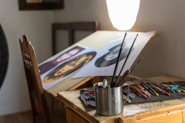 Ustensiles de peinture et de dessin en studio