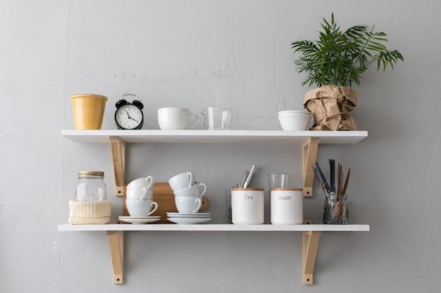Ustensiles et tasses sur les étagères