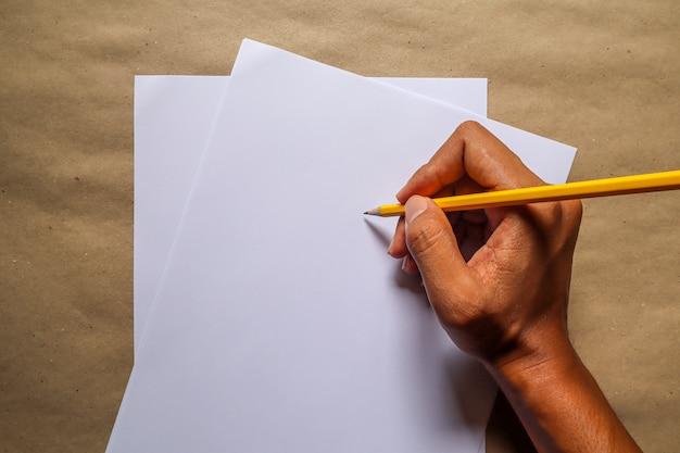 En utilisant un crayon et du matériel éducatif
