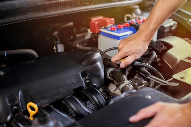 En utilisant la main pour lancer le couvercle pour ajouter du liquide de refroidissement au moteur