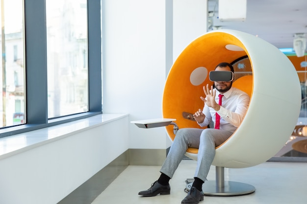 Utilisateur afro-américain concentré portant des lunettes vr
