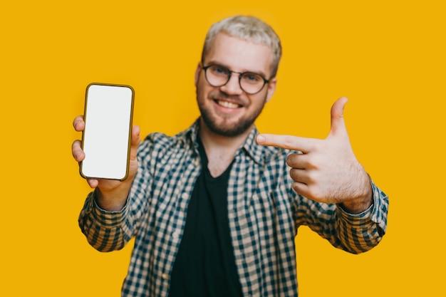 Utilisateur de téléphone heureux qui annonce quelque chose sur l'écran en pointant avec son index