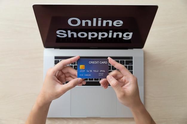Utilisation des achats en ligne avec un ordinateur portable et une carte de crédit