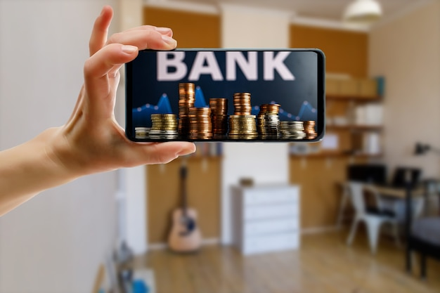 Utilisation d'une banque en ligne via smartphone à la maison.