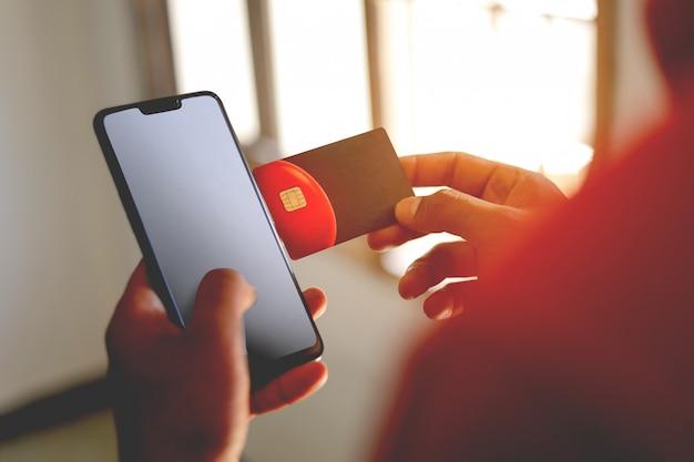 Utilisation de la carte de crédit / débit mobile pour les opérations bancaires en ligne