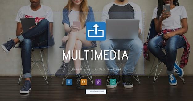 L'utilisation de divers médias artistiques ou communicatifs.