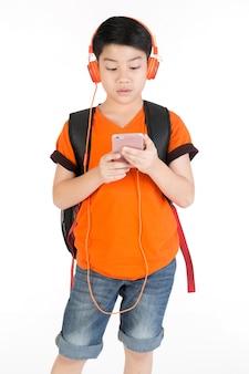 Utilisation du téléphone portable par un garçon asiatique