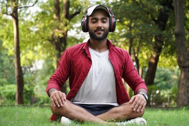 Utilisation d'écouteurs et de pranayama pour les troubles anxieux