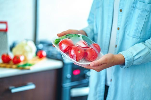 Utilisation d'un film alimentaire pour le stockage des aliments dans le réfrigérateur